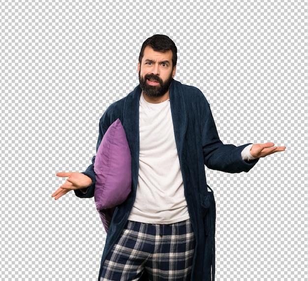 Homme à la barbe en pyjama malheureux de ne pas comprendre quelque chose
