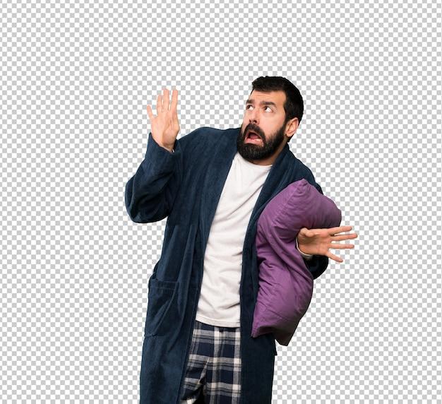 Homme à la barbe en pyjama nerveux et effrayé