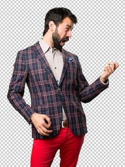 Homme bien habillé faisant un geste de guitare