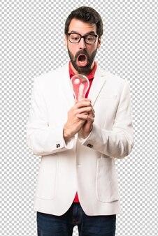 Homme brune surprise avec des lunettes, tenant une ampoule