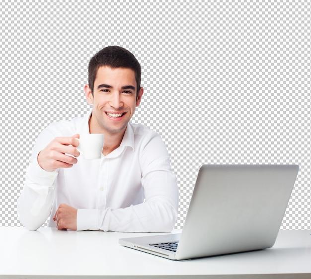 Homme buvant du café sur une table