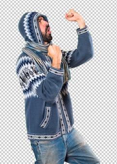 Homme chanceux avec des vêtements d'hiver