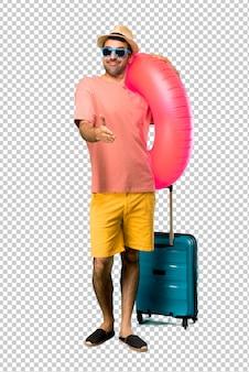 Homme avec chapeau et lunettes de soleil sur sa poignée de main de vacances d'été après bonne affaire