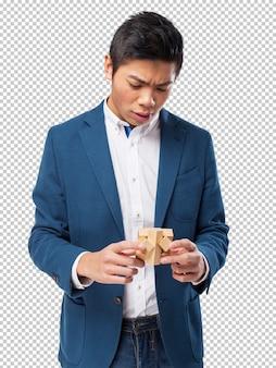 Homme chinois avec un jeu de cerveau