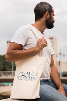 Homme avec concept de maquette de sac