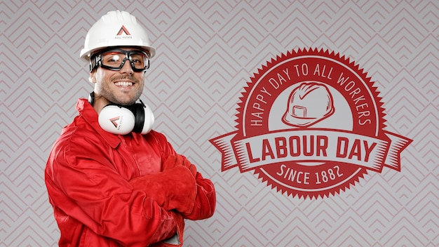 Homme, dans, rouges, porter, construction, chapeau, fête du travail