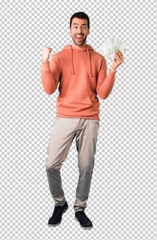 Homme dans un sweat-shirt rose heureux et montrant beaucoup de factures