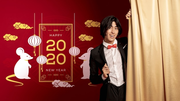 Homme debout à côté de la décoration du nouvel an datée