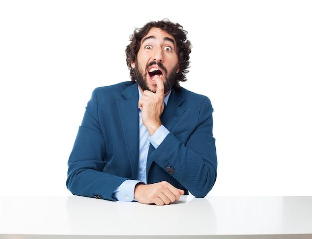 L'homme avec un doigt dans sa bouche