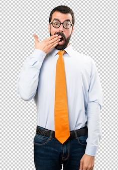 Un homme drôle avec des lunettes faisant un geste de surprise