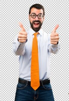 Homme drôle avec des lunettes avec le pouce