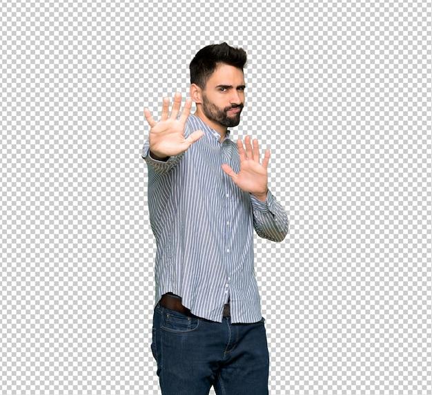 Un homme élégant avec une chemise est un peu nerveuse et a peur de s'étendre les mains à l'avant