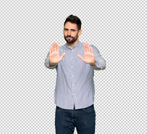 Homme élégant avec une chemise faisant un geste d'arrêt pour déçu par un avis