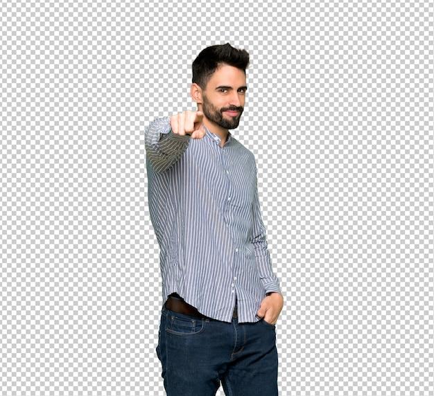 Un homme élégant avec une chemise pointe le doigt vers vous avec une expression confiante
