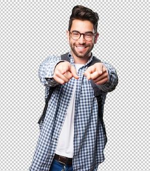 Homme étudiant pointant devant