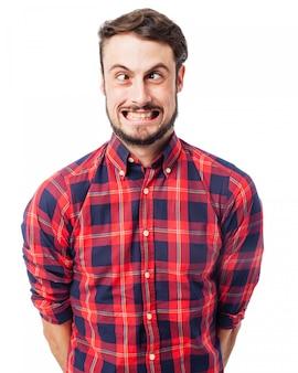 Homme faisant un visage stupide