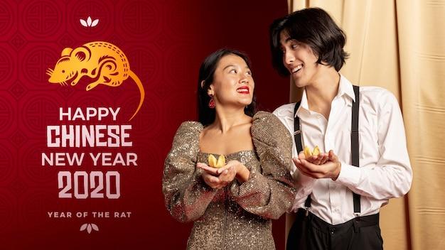 Homme et femme habillés élégamment pour la nuit du nouvel an