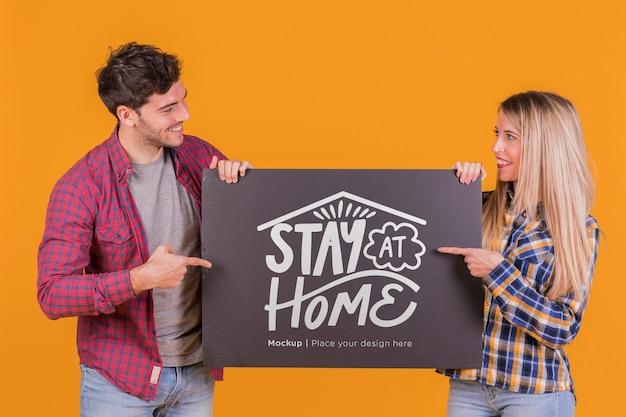 Homme et femme tenant une maquette de concept de signe
