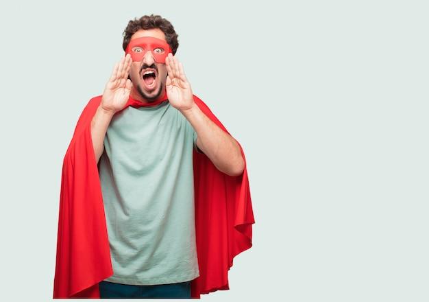 Homme fou comme un super héros criant fort comme un fou, appelant avec la main avec une expression en colère