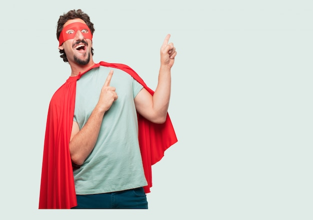 Un homme fou comme un super héros gestant la victoire, avec un regard heureux, fier et satisfait sur le visage