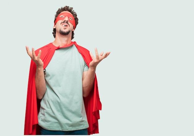 Homme fou comme un super héros à la recherche de stress et de frustration, tenant les deux mains ouvertes devant