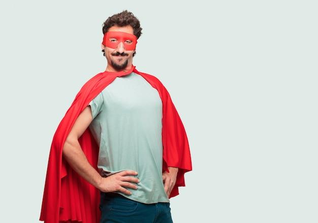Homme fou comme un super héros avec un regard fier, satisfait et heureux