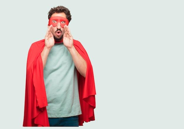 Homme fou comme un super héros se penchant en avant et chuchotant un secret avec un regard sérieux et surpris