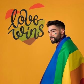 Homme heureux le jour de la fierté gay lgbt. l'amour gagne