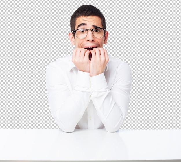 Homme inquiet sur une table