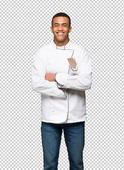 Homme jeune chef américain afro heureux et souriant