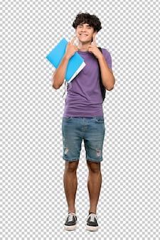 Homme jeune étudiant souriant avec une expression heureuse et agréable