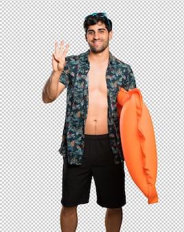 Homme en malles heureux et comptant trois avec les doigts