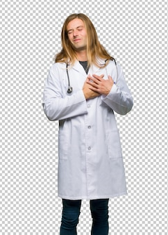 Homme médecin ayant mal au coeur