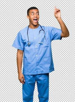 Homme médecin chirurgien ayant l'intention de réaliser la solution tout en levant le doigt