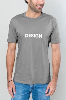 Homme mince dans une maquette de t-shirt bleu et de jeans