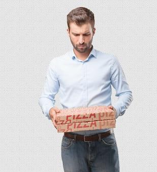Homme moderne avec des boîtes à pizza