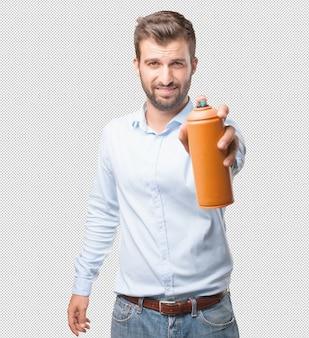 Homme moderne avec un flacon pulvérisateur