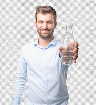 Homme montrant une bouteille d'eau