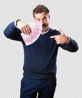 Homme mûr, tenue, billets
