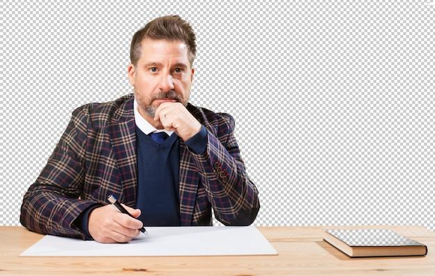 Homme mûr travaillant sur son bureau