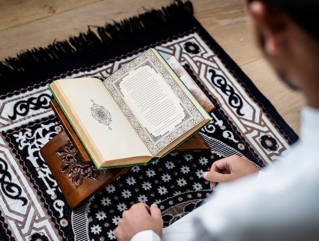 Homme musulman étudiant le coran