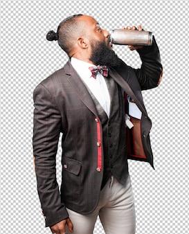 Homme noir, boire de la bière