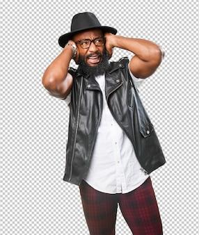 Homme noir couvrant ses oreilles