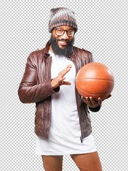 Homme noir jouant avec un ballon de basket