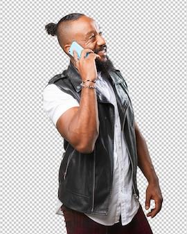Homme noir parlant sur mobile