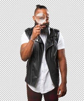 Homme noir à la recherche d'une loupe
