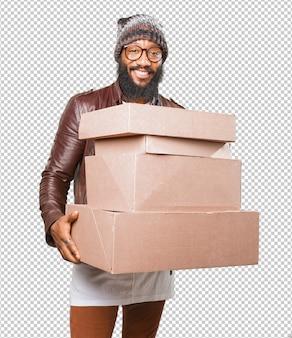 Homme noir tenant des boîtes