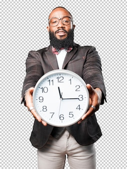 Homme noir tenant une grosse horloge