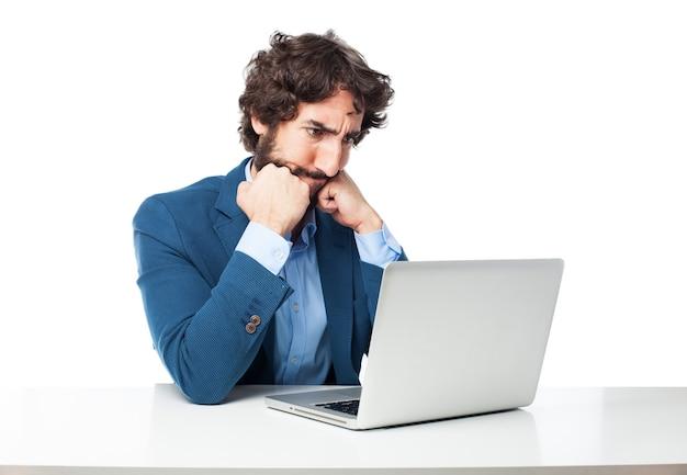 Homme pensive utilisant l'ordinateur