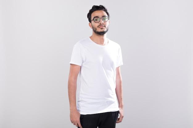 Homme portant la conception de maquette de chemises